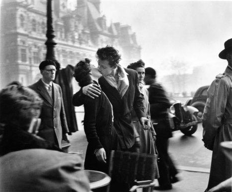 med_robert-doisneau-le-baiser-de-l-hotel-de-ville-paris-1950-jpg